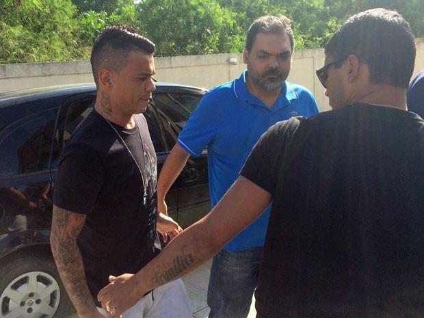 Bernardo chegou acompanhado de um advogado e de familiares (Foto: Henrique Coelho/ G1)
