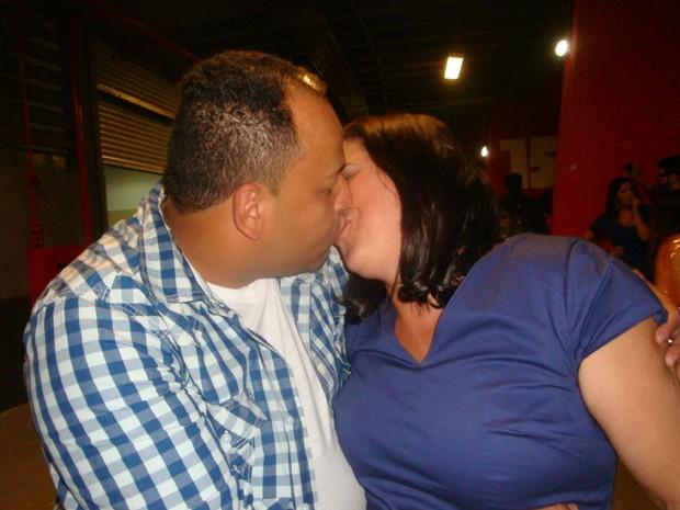 O casal Alessandro e Rosângela se beija após show de Roberto Carlos em São Paulo (Foto: G1)
