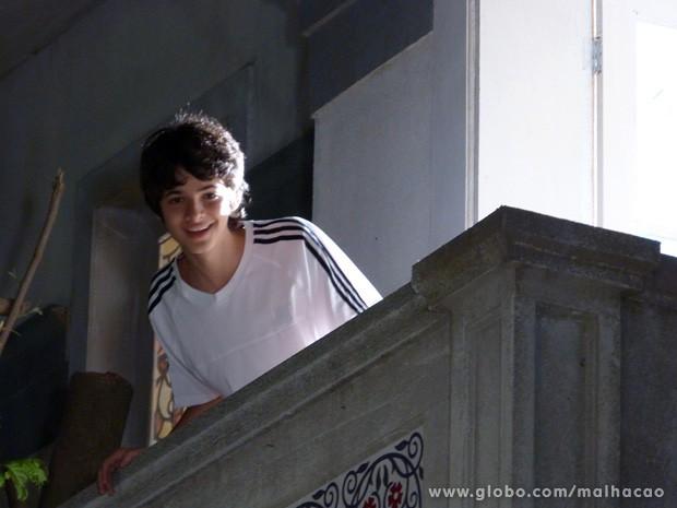 Vitor se anima quando vê Paulino pela janela (Foto: Malhação/ TV Globo)
