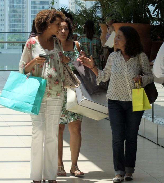 Tais Araújo com a mãe e amiga (Foto: Marcus Pavão/AgNews)