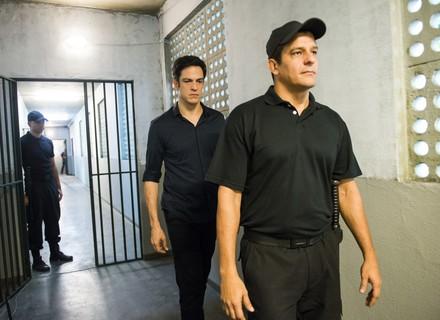 Eric é levado para a delegacia e interrogado sobre roubo no hotel