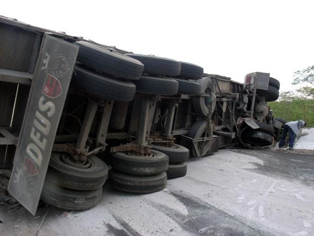 Carreta bloqueou o tráfego de veículos na BR-405 (Foto: Renato Silva/Itaú News)