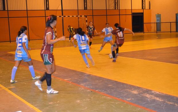 O Atlético Valência derrotou o São Raimundo-RR por dois a um no jogo de abertura (Foto: Rodrigo Litaiff/GLOBOESPORTE.COM)