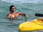 Jesus Luz curte praia com amigo no Rio