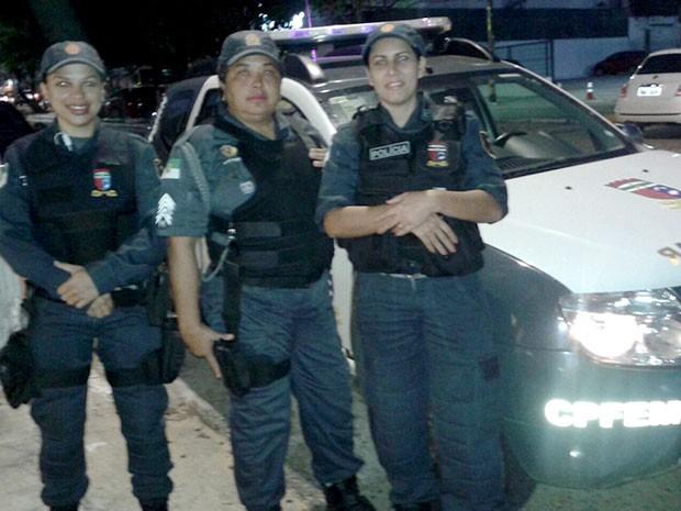 Soldado Claudiane, sargento Luciene, soldado Janaína e o único carro disponível para o policiamento em Natal (Foto: Divulgação/Polícia Militar do RN)