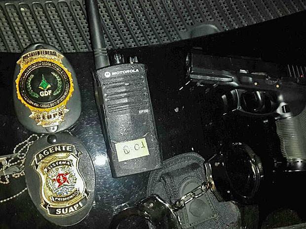 Distintivos, arma falsa e algemas apreendidos com homem no DF (Foto: Polícia Militar/Divulgação)