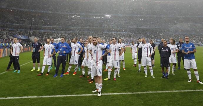 Gunnarsson à frente dos jogadores da Islândia após eliminação da Euro no Stade de France (Foto: REUTERS/Carl Recine)