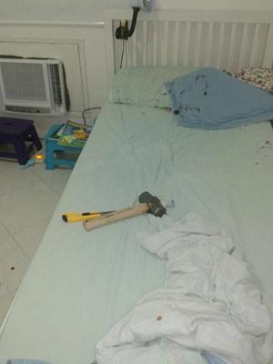 Na cama do quarto das crianças havia um martelo (Foto: G1)