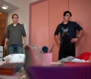 Miguel e Rodrigo encontram o quarto de Lívia vazio (Foto: TV Globo)