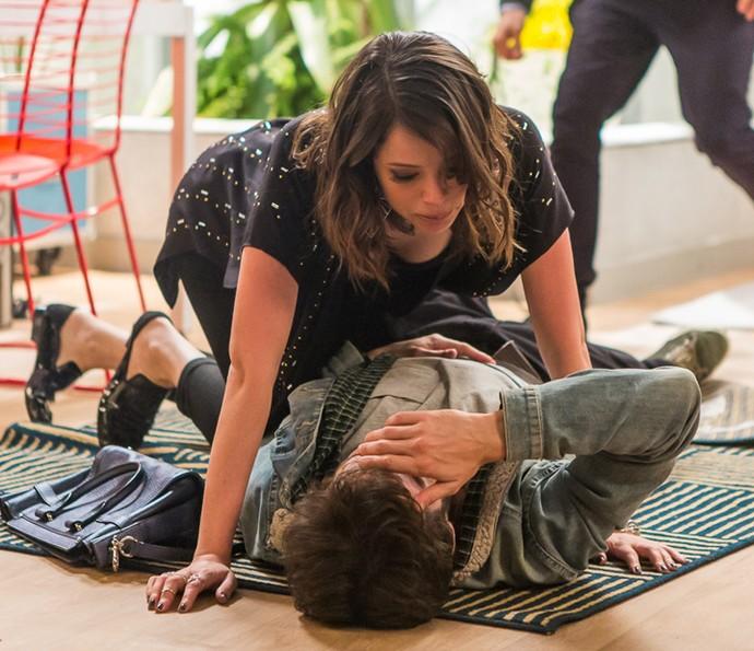 Camila se desespera ao ver Giovanni machucado (Foto: Artur Meninea/Gshow)