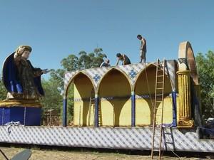 Carnavalescos preparam últimos ajustes em Uruguaiana (Foto: Reprodução/RBS TV)