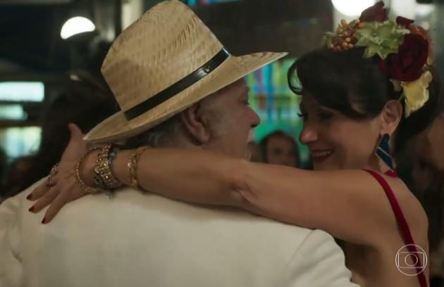 Abel (Tonico Pereira) e Edinalva (Zezé Polessa) vão finalmente assumir que se gostam e se casar na Igreja (Foto: Reprodução)