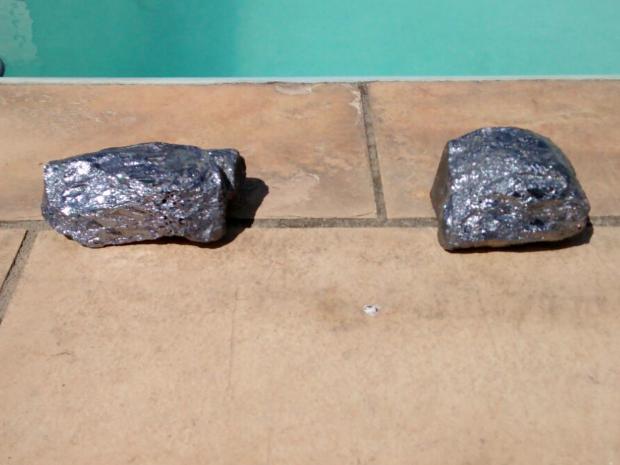 Pedras caíram do céu dentro da piscina em casa de Iguaba Grande (Foto: Arquivo pessoal/ Marcelo Oliveira)