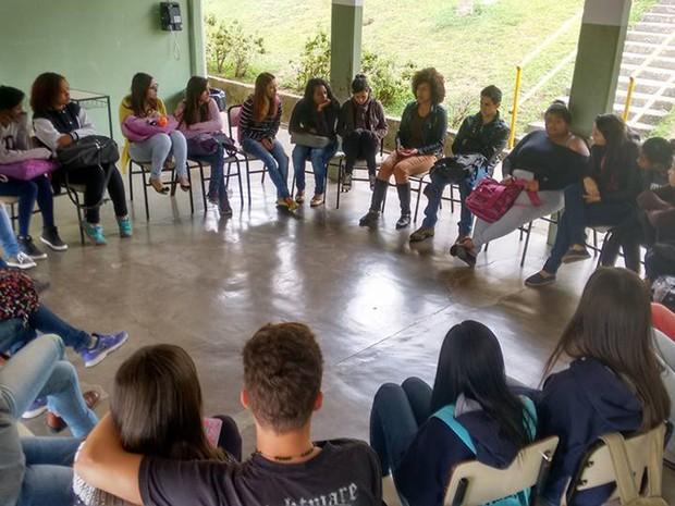 Nesta segunda-feira (31), alunos que ocupam a Escola Estadual Edmundo Gouvea Cardilo, em Poços de Caldas, participaram de palestra sobre racismo; estudantes têm organizado atividades nas escolas (Foto: Ocupa Edmundo/Poços de Caldas)