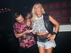 Adriane Galisteu se apresenta como DJ e deixa calcinhas à mostra
