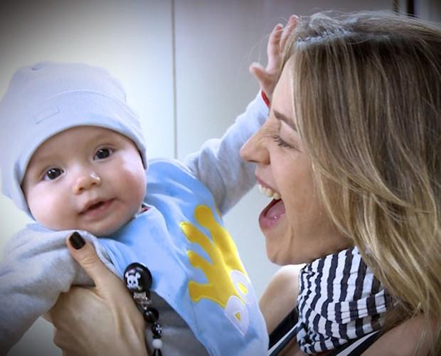 Luana Piovani e o filho Dom no Projac: felicidade! (Foto: Domingão do Faustão / TV Globo)