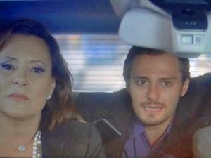 Tina e Nicolas andam de carro com Pedro (Foto: TV Globo)