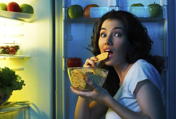 Assaltos à geladeira acabam tendo bem mais calorias que um jantar balanceado (Foto: Think Stock)