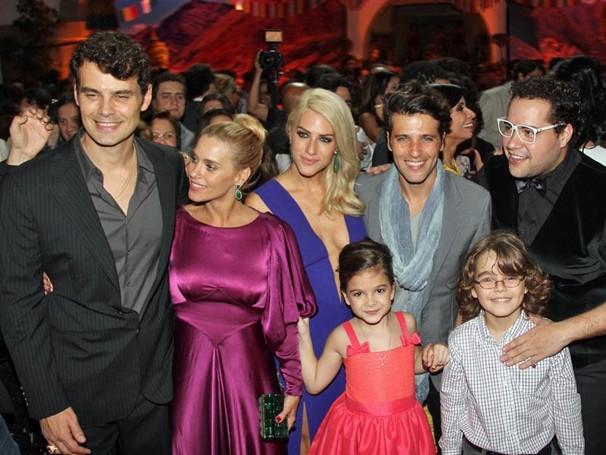 O elenco aproveitou para fezer a foto logo após a exibição das primeiras cenas da novela (Foto: Nathalia Fernandes/Globo)