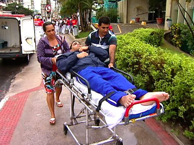 Paciente teve ajuda de parentes para entrar em hospital. (Foto: Reprodução/TV Gazeta)