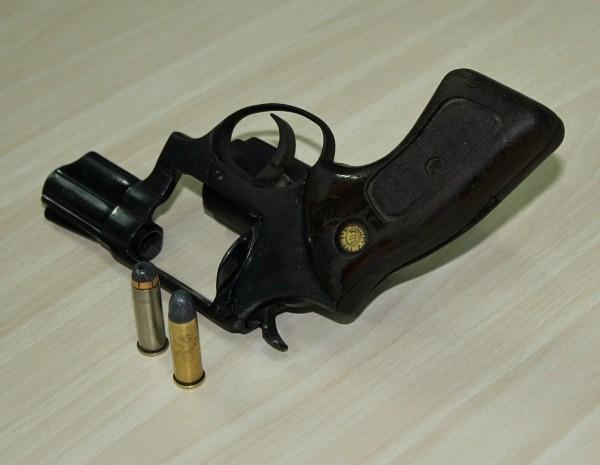 Arma apreendida com os suspeitos (Foto: Ana Graziela Maia/G1)