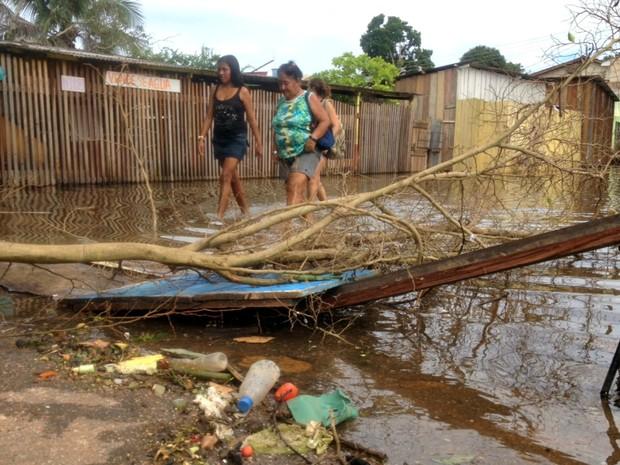 Moradores de Porto Velho atravessam vias alagadas e cheias de lixo (Foto: Assem Neto/G1)