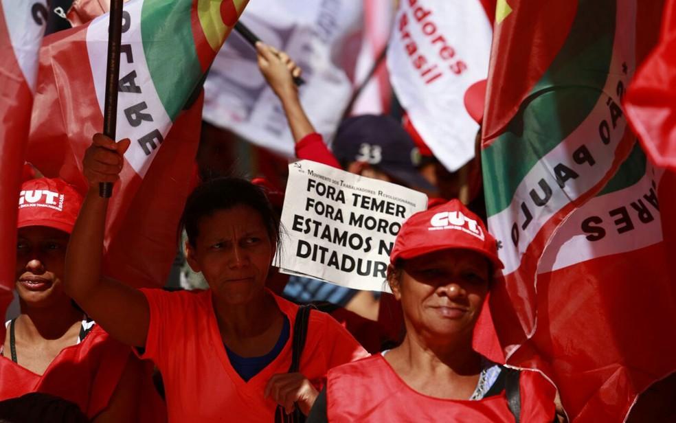 Manifestantes exibem cartazes no ato da CUT na Avenida Paulista (Foto: Marcelo Brandt/G1)