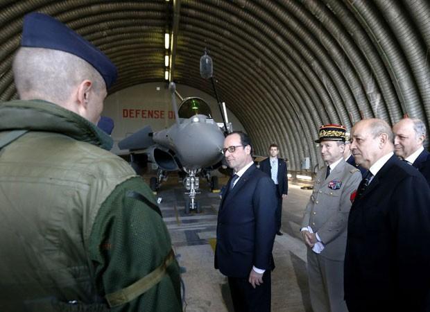 Franois Hollande fala com piloto em base aérea onde reveleou a composição do arsenal nuclear francês (Foto: Guillaume Horcajuelo/AFP)