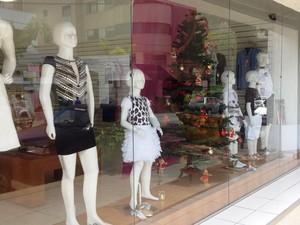 Loja em Divinópolis exibe árvore de Natal em vitrine (Foto: Ricardo Welbert/G1)