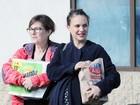 Natalie Portman faz compras e mostra barrigão na reta final da gravidez