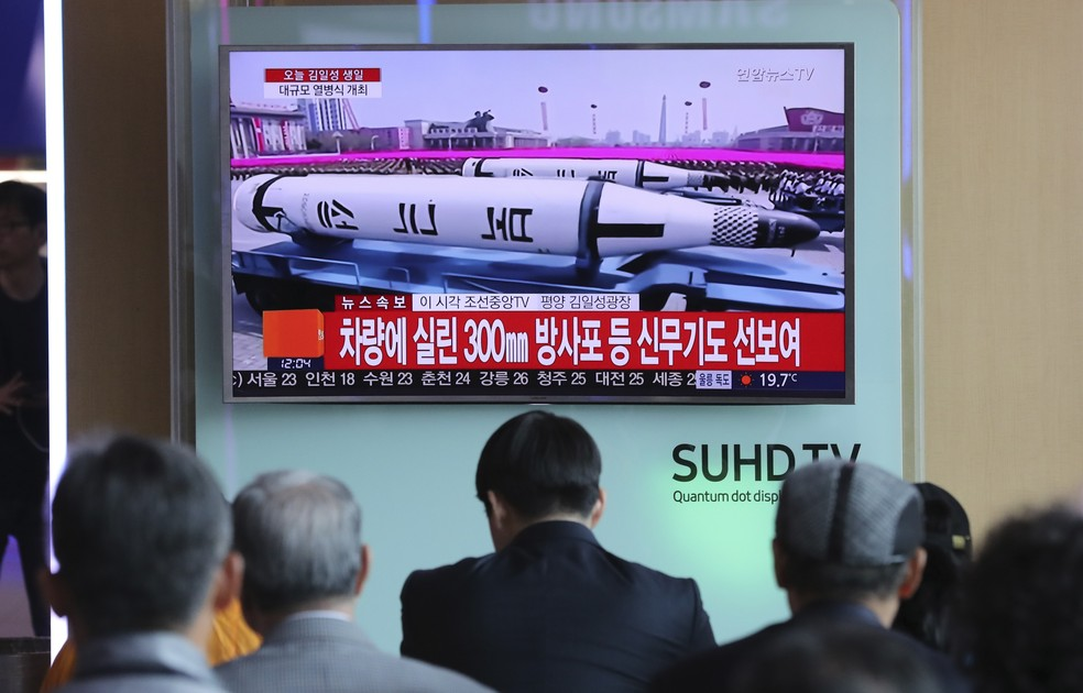 Norte-coreanos acompanham prada militar pela televisão (Foto: AP/Lee Jin-man)