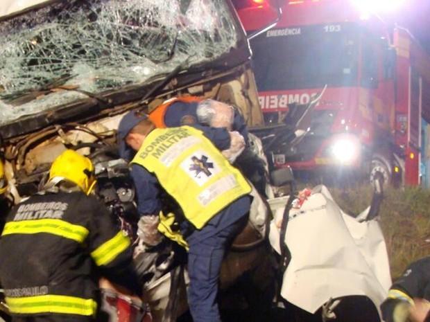 Acidente em Cordilheira Alta deixou um casal morto e um bebê ferido (Foto: Corpo de Bombeiros/Divulgação)