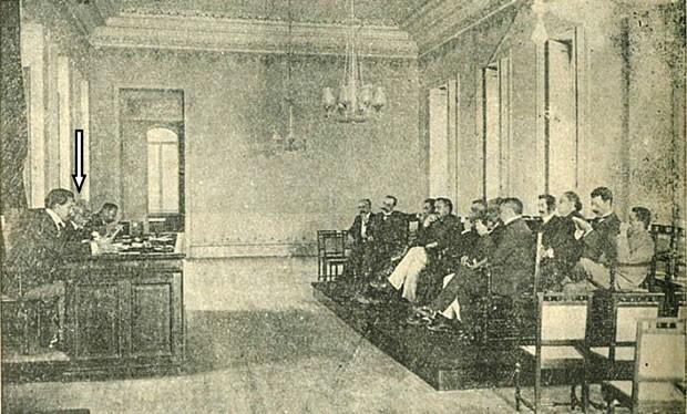 Imagem encontrada por pesquisador que diz ter encontrado o único registro de Machado de Assis (em destaque sob a seta) presidindo uma sessão da ABL, em 31 de outubro de 1905 (Foto: Divulgação)