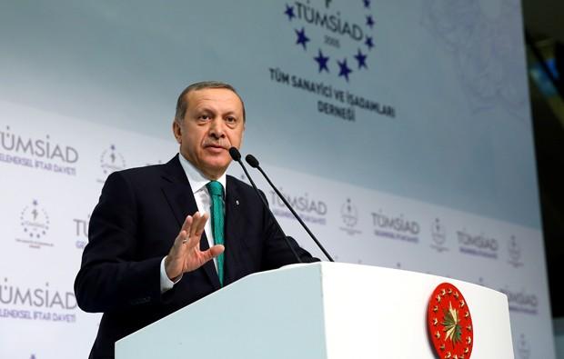 Presidente da Turquia, Recep Tayyip Erdoganx, enviou uma carta ao presidente russo, Vladimir Putin, na qual se desculpa pela morte do piloto russo cujo caça foi derrubado por um avião turco (Foto: Kayhan Ozer/Presidential Palace/Reuters)