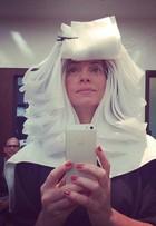 'Preparando as madeixas', diz Letícia Spiller, cheia de papelotes nos cabelos