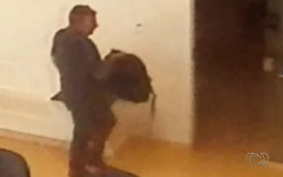 Vídeo mostra homem furtando bolsa em velório e aeroporto de Goiânia (Foto: Reprodução/TV Anhanguera)