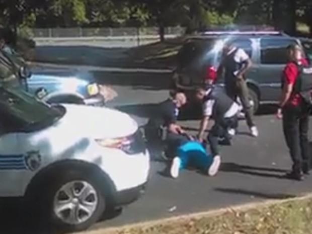 Keith Lamont Scott já no chão, após ser baleado por policiais em Charlotte (Foto: Reprodução/MSNBC)