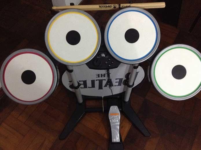 A bateria de Rock Band apresenta dificuldade pelo pedal (Foto: Felipe Vinha)