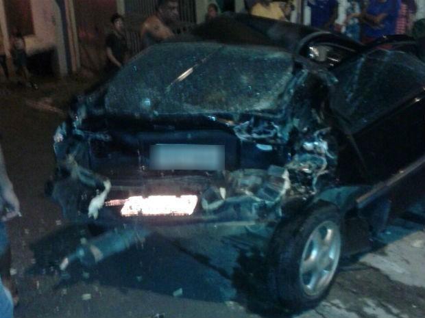 Um carro atingido pelo caminhão ficou destruído  (Foto: Arquivo Pessoal)