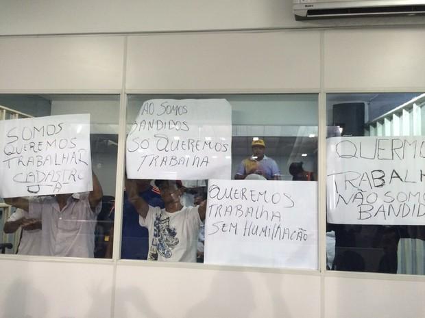 Ambulantes fazem protesto contra ação da SMCCU (Foto: Carolina Sanches/G1)