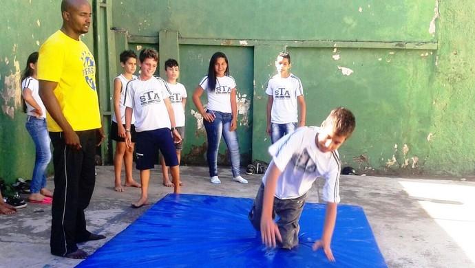 Reginaldo dos Santos ensina técnicas de acrobacias a estudantes (Foto: Movimento Ligeiro/Divulgação)