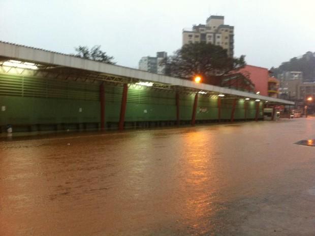 Rua ficou alagada próximo ao terminal de ônibus em Concórdia (Foto: Rádio Rural/Divulgação)