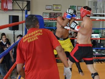 Ele caiu durante o 3º round, e juiz encerrou luta (Foto: Rafael Lavô/Território Tupiniquim)