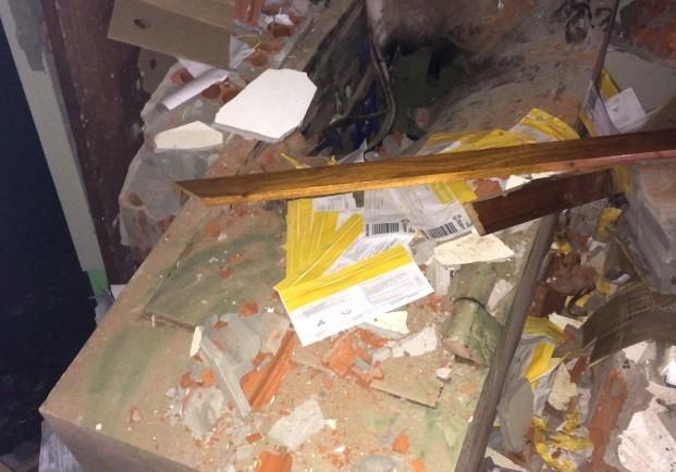 Cofre foi arrombado com explosão (Foto: Fabiano Costa)