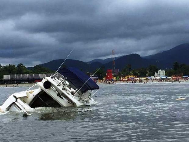 Lancha afundou próximo à praia da Enseada, em Bertioga, SP (Foto: G1)