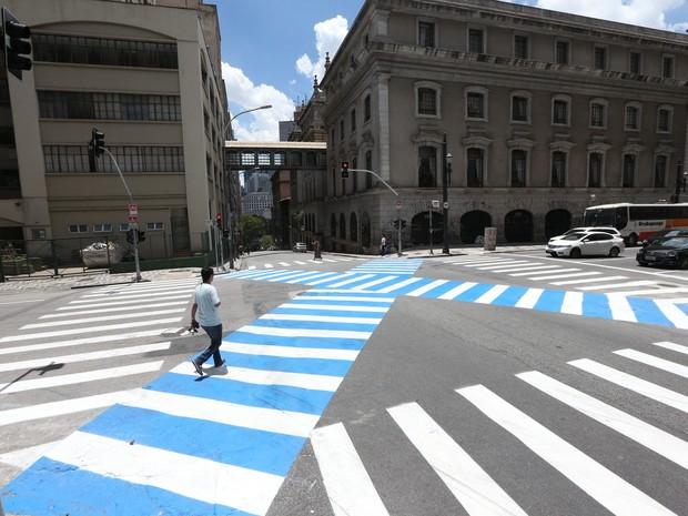 Prefeitura instalou faixa para pedestre atravessar cruzamento (Foto: Evelson de Freitas/Estadão Conteúdo)