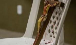 OAB-CE critica peça teatral em que ator jorra sangue em crucifixo cristão