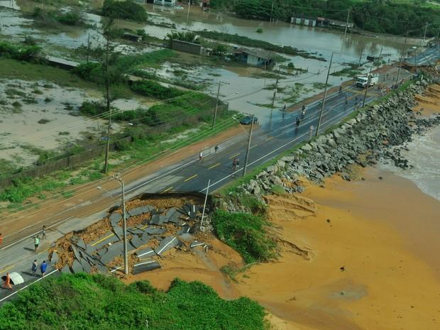 A chuva abriu uma cratera na ES-010, impedindo a passagem  (Foto: Carlos Alberto Silva/ A Gazeta)