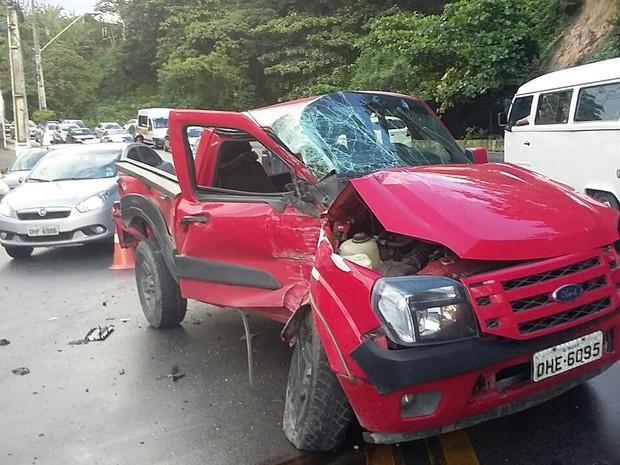 Caminhonete ficou com a frente do veículo destruída (Foto: André Feijó/ TV Gazeta)