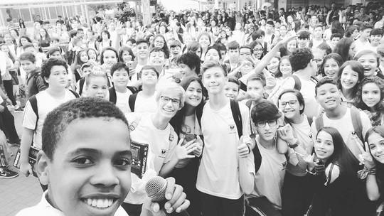 Juan Carlos Poca, do 'The Voice Kids', faz apresentação em sua nova escola